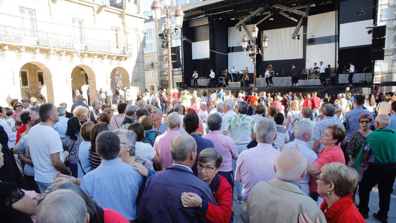 Tarde de bailes en la Praza Maior.El jueves celebrarán en el CRA de Ponteceso una jornada de vendimia y esfolla