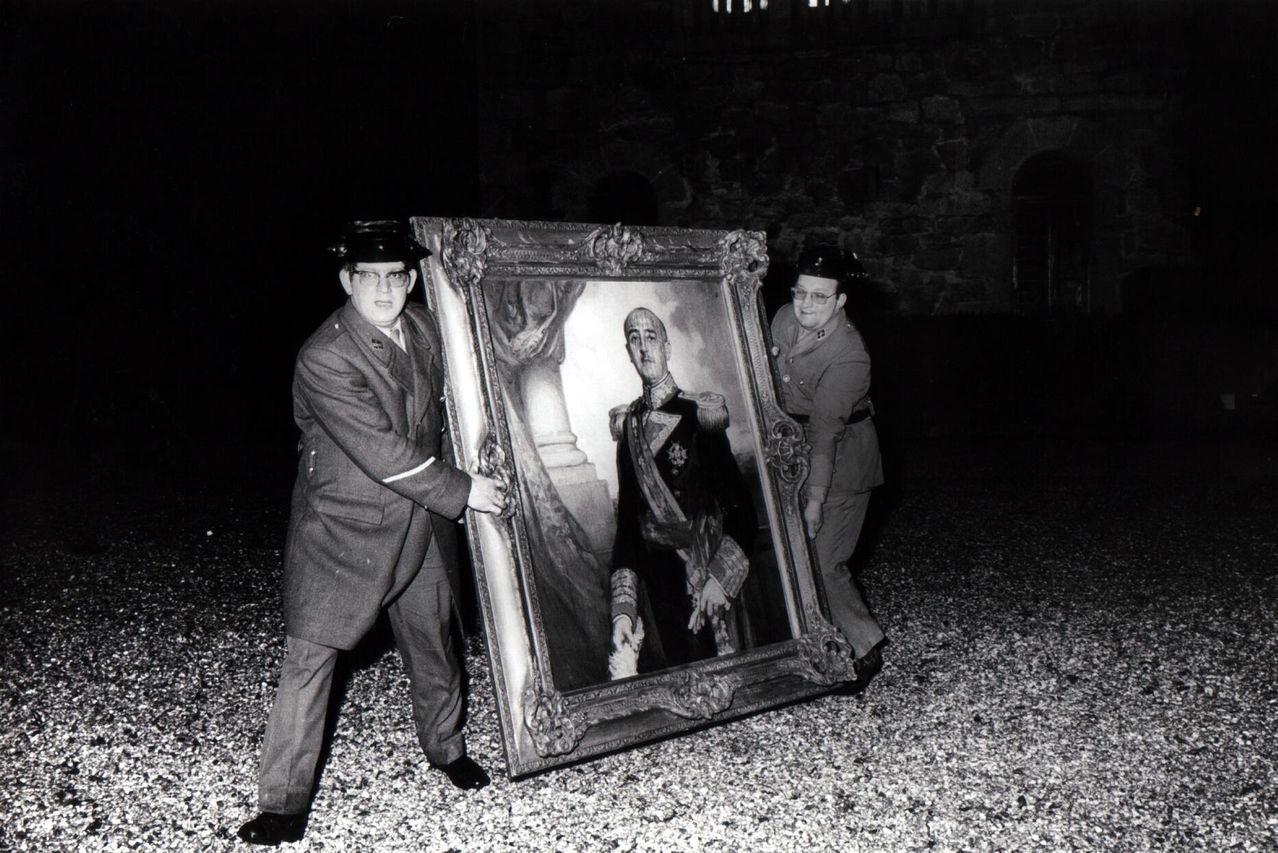 Dos guardias civiles sacan del pazo un retrato del dictador para evitar su destrucción por las llamas