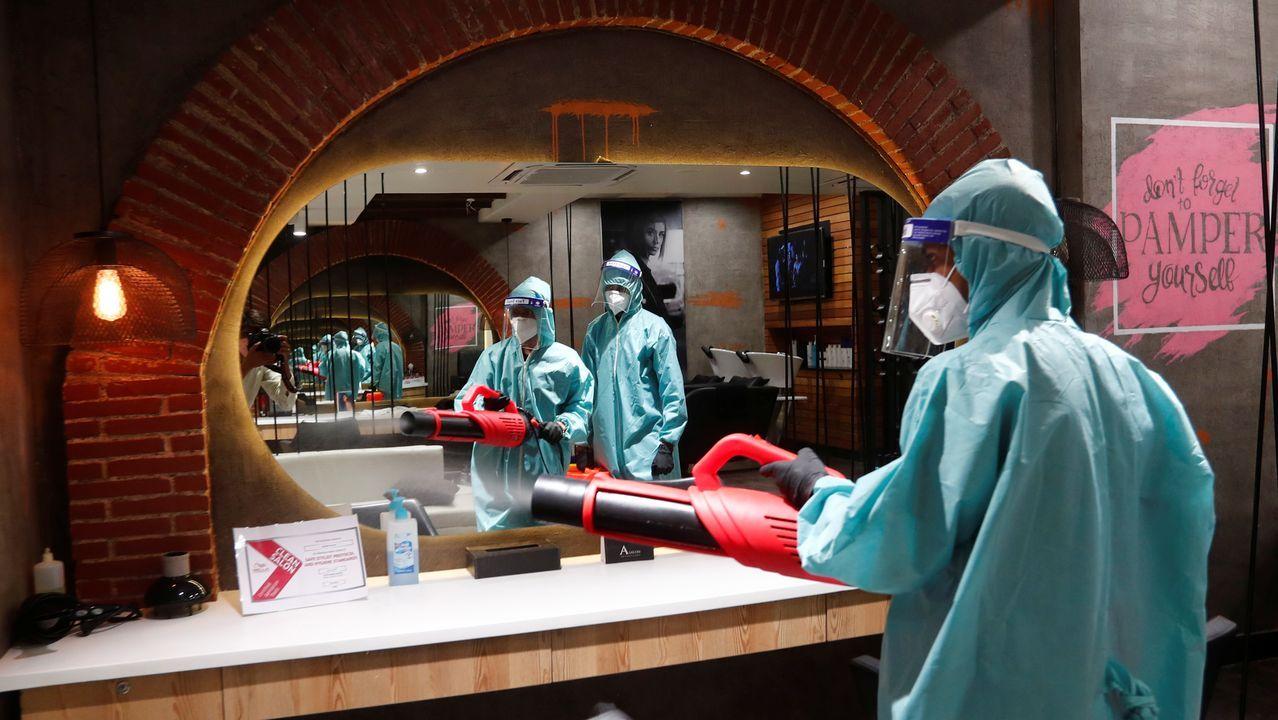 Desinfección de un salón de belleza en Nueva Delhi