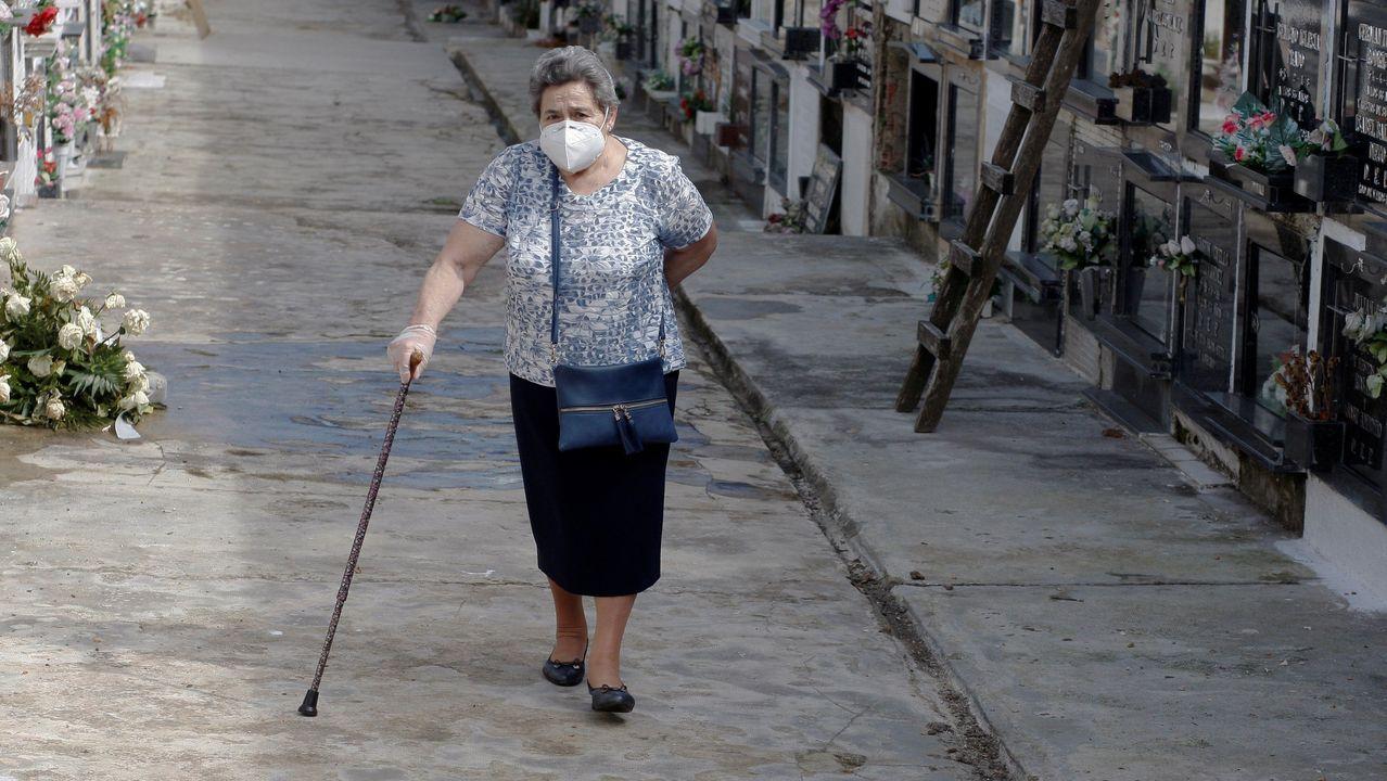 Una mujer visita el cementerio de Ceares, en Gijón