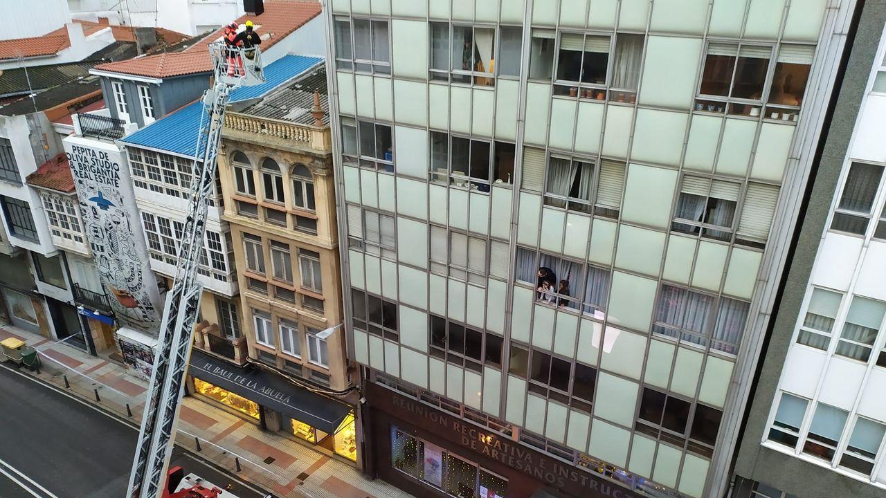 Los bomberos trabajan en la calle San Andrés de A Coruña, tras la caída de una uralita