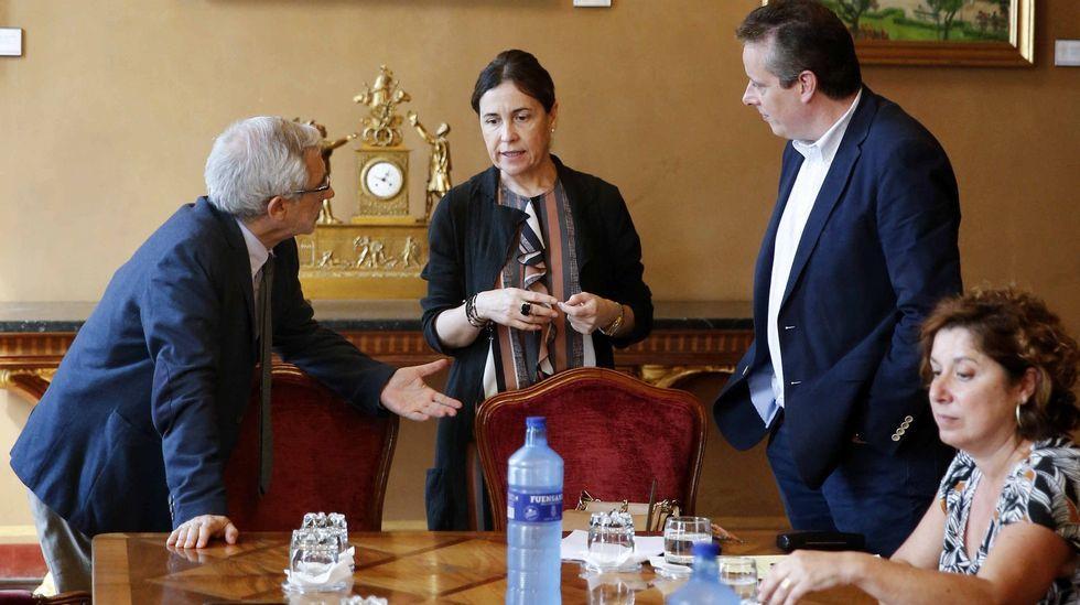La consejera de Hacienda, Dolores Carcedo (c), el portavoz de IU, Gaspar Llamazares (i) y el portavoz socialista, Marcelino Marcos Líndez (2d) al inicio de la reunión de la Junta de Portavoces del Parlamento asturiano.