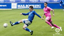 Nieto Araujo Real Oviedo Las Palmas Carlos Tartiere.Nieto trata de despejar un esférico ante la presión de Araujo
