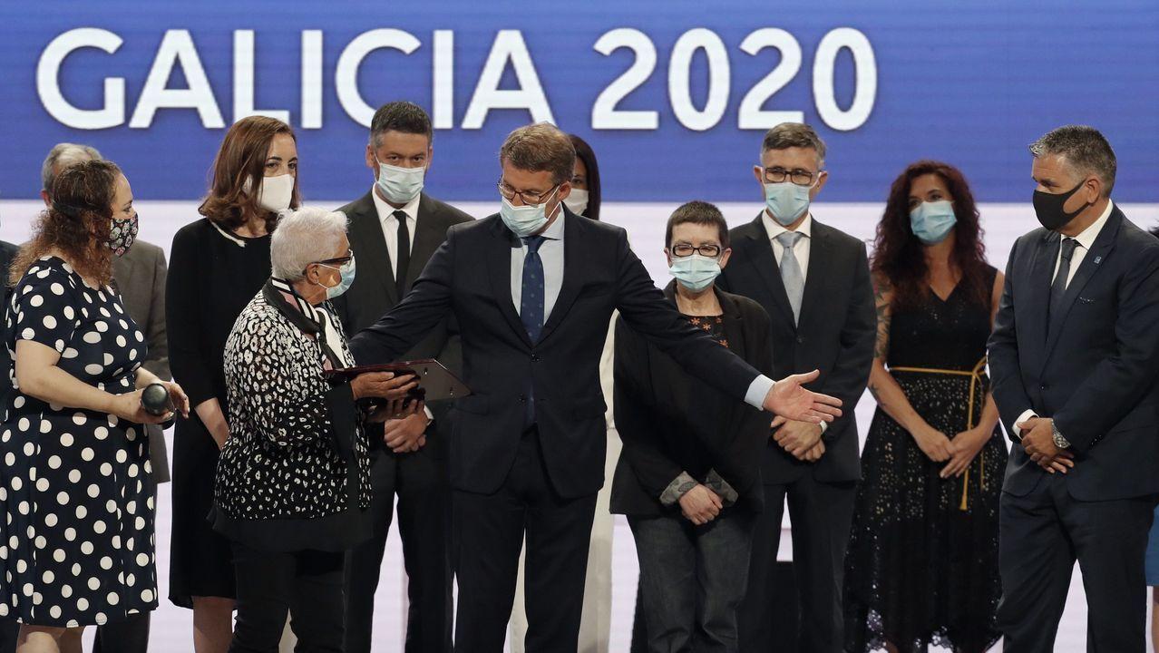 Ana Mariño, de americana y pantalones, al lado del presidente