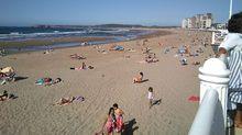 Playa de Salinas, en un día soleado