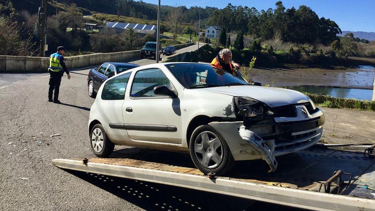 Un coche termina sobre el tejado de un garaje en Betanzos.Uno de los vehículos implicados en el siniestro de Ortigueira