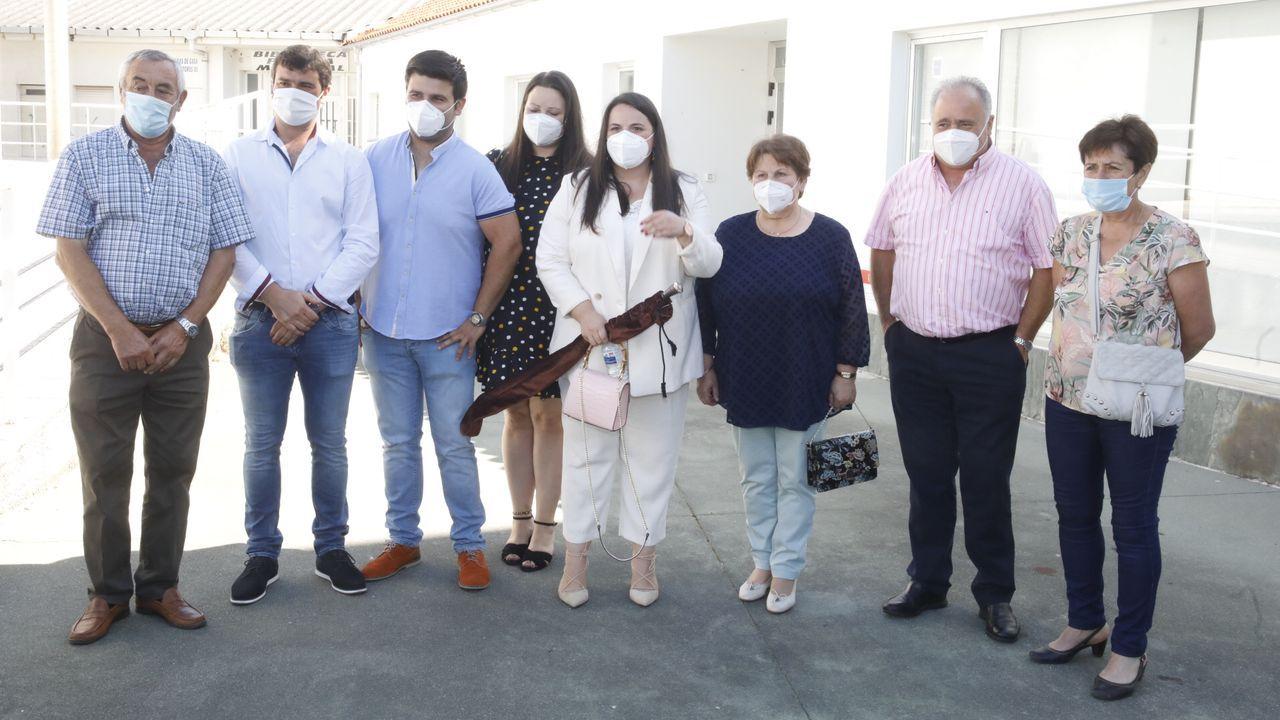 Rocío Seijas, acompañada por su familia tras ser elegida alcaldesa de Monterroso