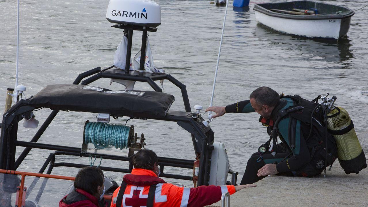 Retirada del coche de Manuel Rodríguez Eiroa en el puerto de Laxe.Un sanitario con el material para practicar una prueba PCR en una localidad gallega, en una foto de archivo