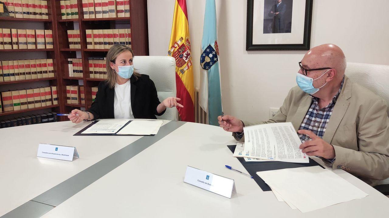 Firma del convenio sobre transporte entre Ethel Vázquez, conselleira de Infraestructuras, y Xosé Carlos Valcárcel, alcalde de Barbadás