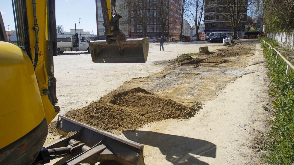 Trabajos de reparación de los baches y el barrizal del aparcamiento de tierra del Sánchez Aguilera, que se acomete estos días
