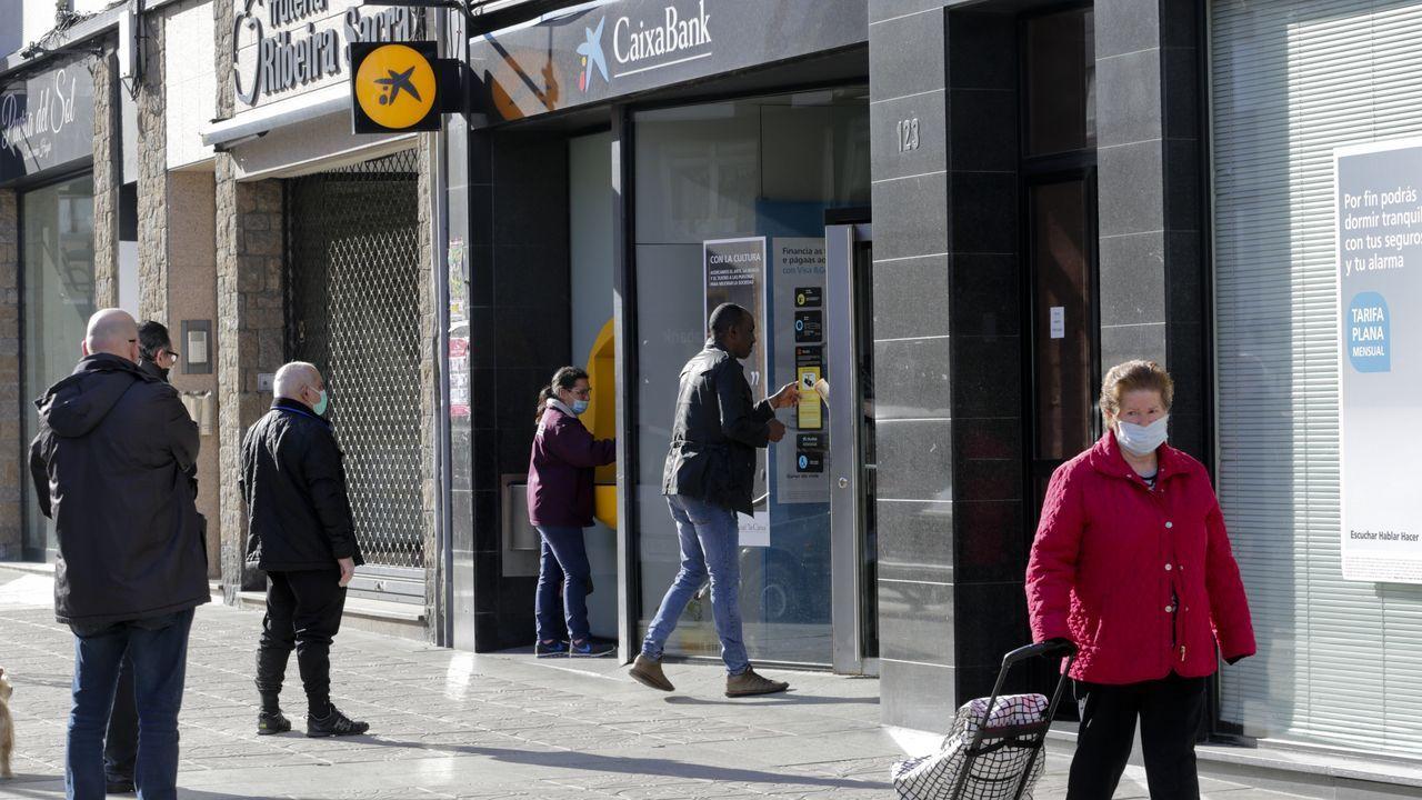 Varias personas pasean este lunes por una céntrica calle de Oviedo.