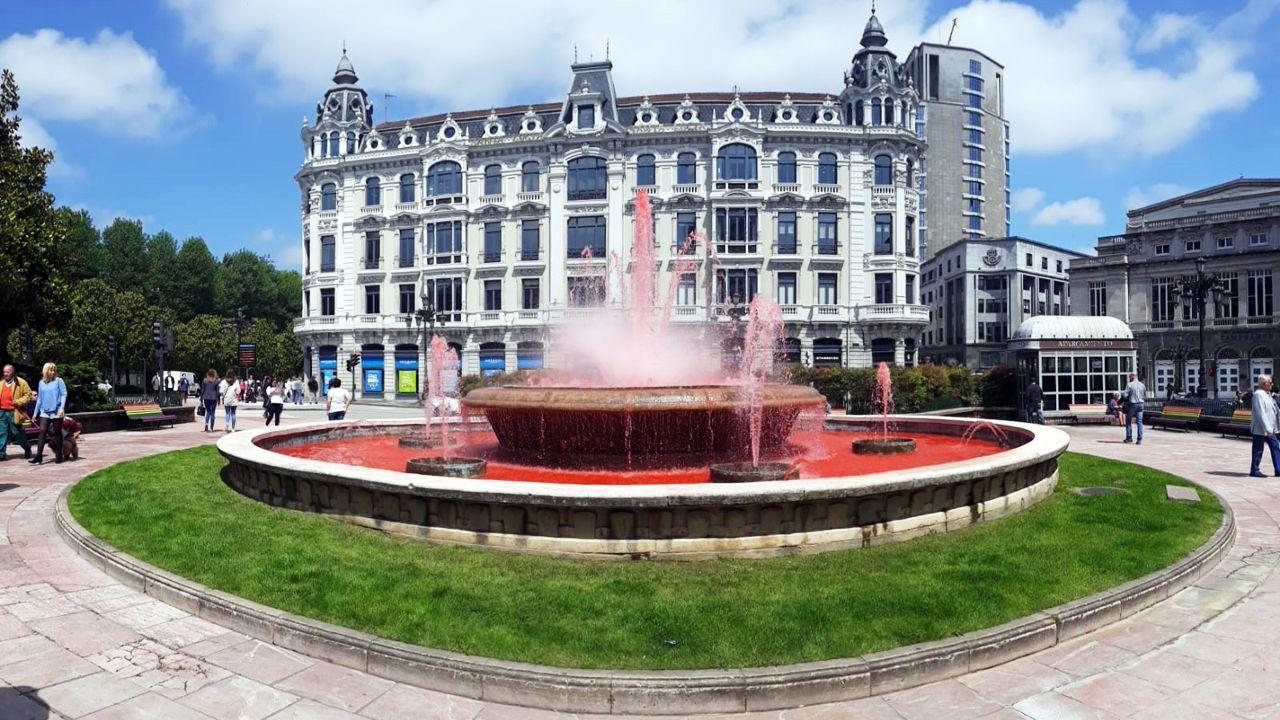 La fuente de la plaza de la Escandalera se tiñe de rojo por el Día Mundial del Donante de Sangre