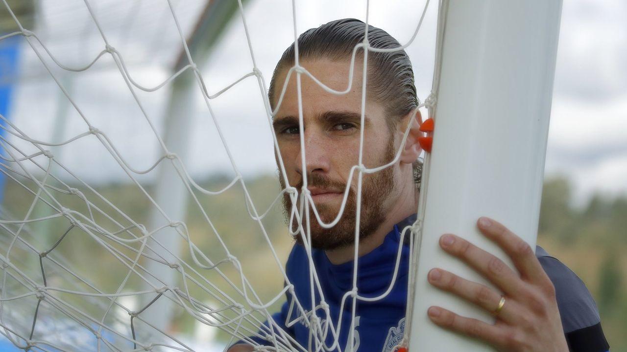 Mossa golpea un balón ante el Castellón, con Borja Sánchez detrás