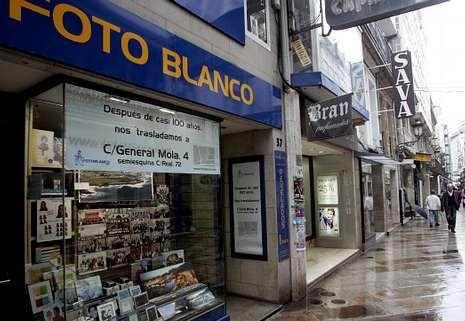 Hernández, en el nuevo local de General Mola, a donde traslada la histórica tienda Foto Blanco.