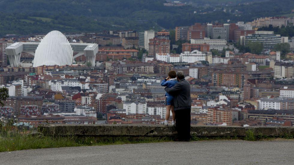 Conversación con el almirante jefe del Arsenal de Ferrol.Una vista general de Oviedo