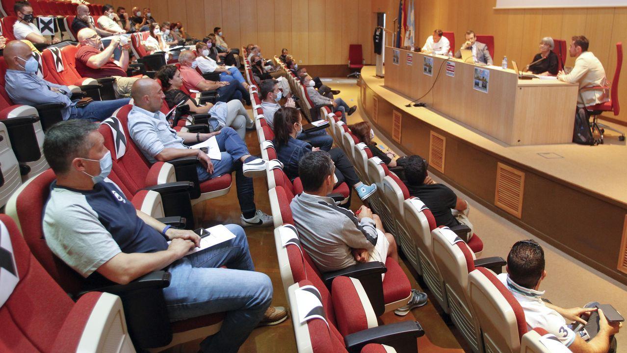 El presidente del Gobierno, Pedro Sánchez, a su salida del Cabildo de Lanzarote este viernes donde se reunió con el presidente del Gobierno de Canarias, Angel Víctor Torres (a su izquierda), la ministra de Política Territorial, Carolina Darias, y la presidenta del Cabildo de Lanzarote, Dolores Corujo (a su derecha)