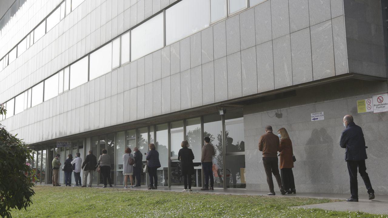 Vacunación de mayores en Expocoruña.Cola para vacunarse en el Hospital de Oza, en A Coruña