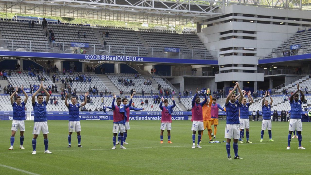 Los jugadores del Oviedo saludan a su afición
