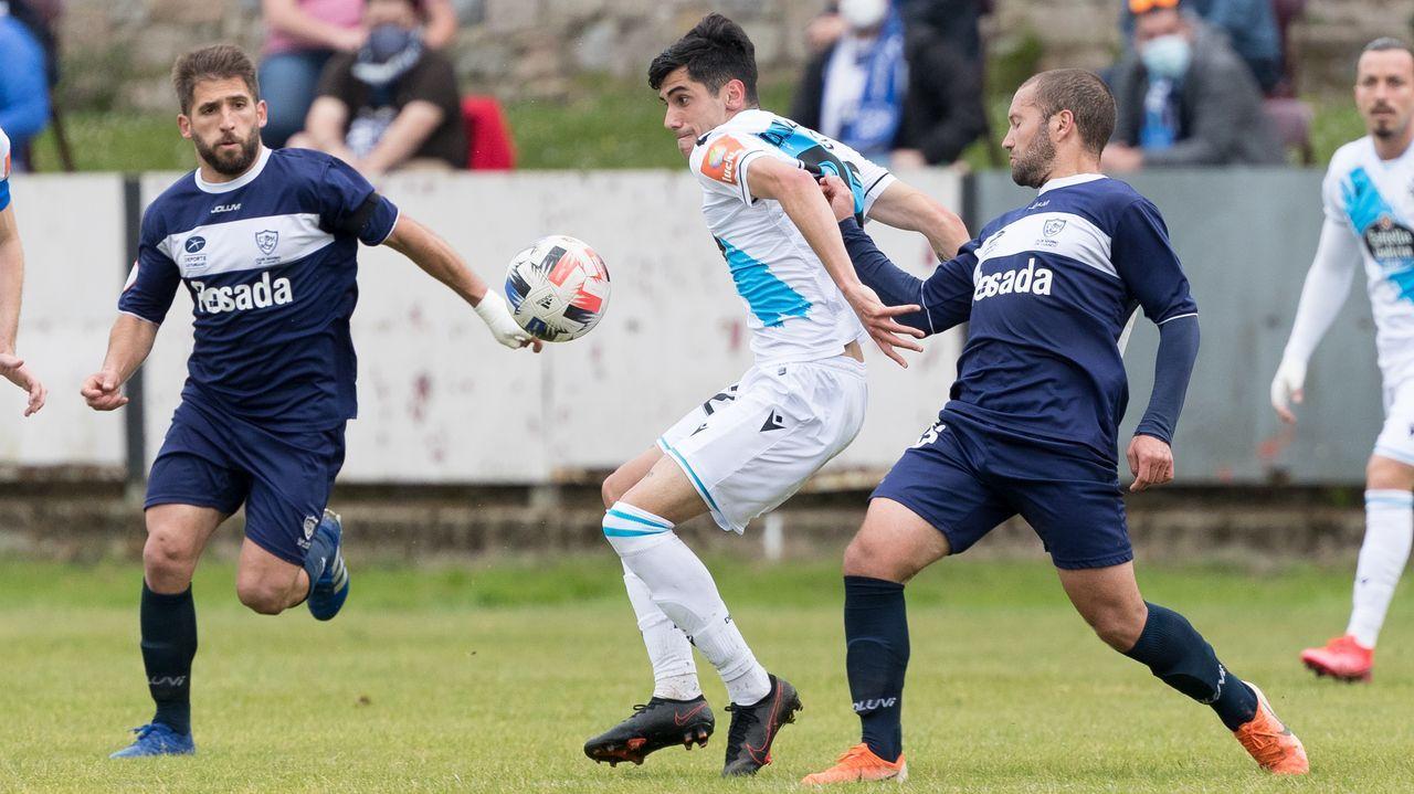 Diego Villares trata de controlar el balón entre dos jugadores del Marino
