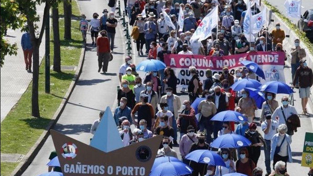 Manifestación para pedir que el Estado condone la deuda del Puerto de A COruña.Unamuno sale escoltado del paraninfo dos meses y medio antes de morir
