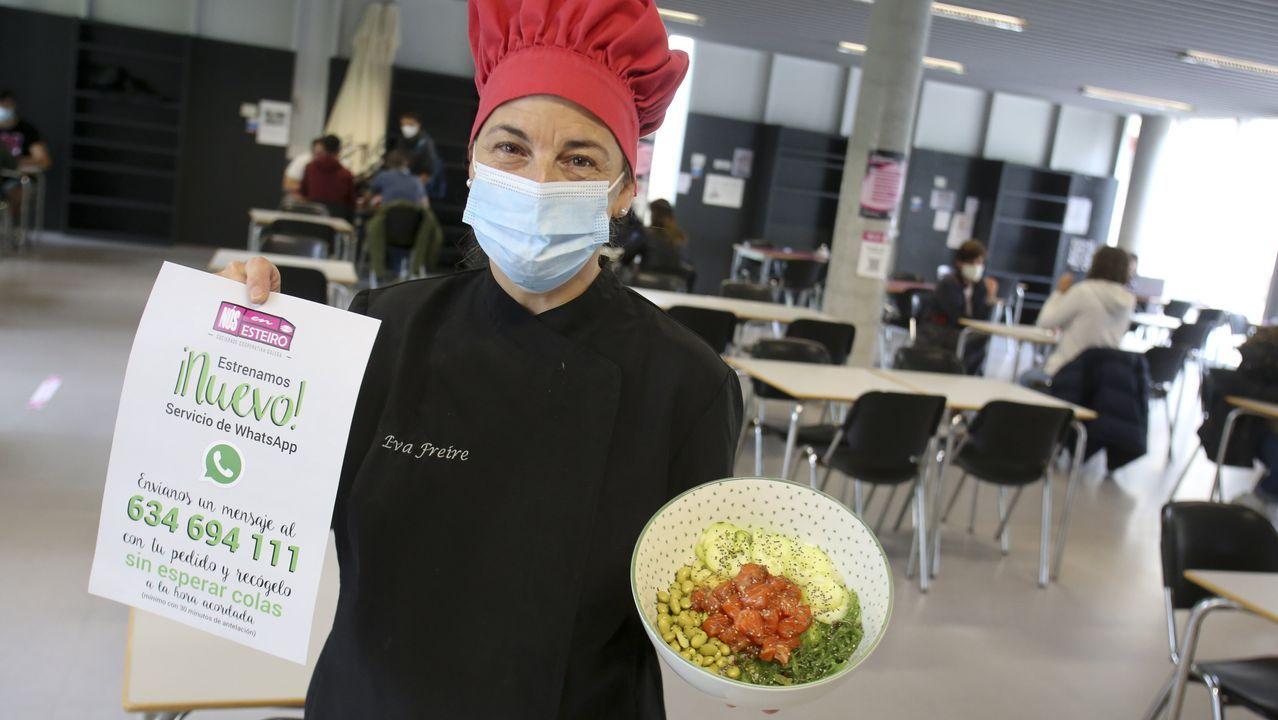 Eva Freire, con el cartel que anuncia el nuevo servicio de comida para llevar y un plato de poke