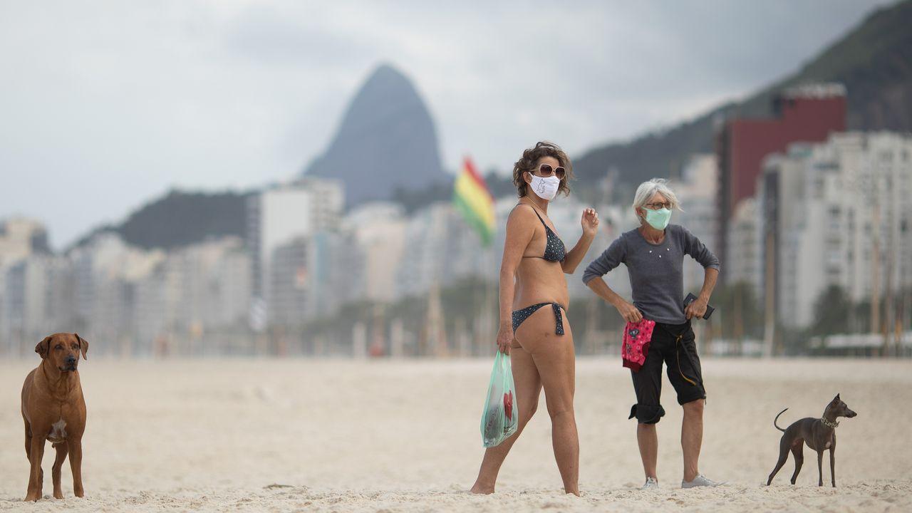 Las mascarillas también han llegado a las playas de Río de Janeiro