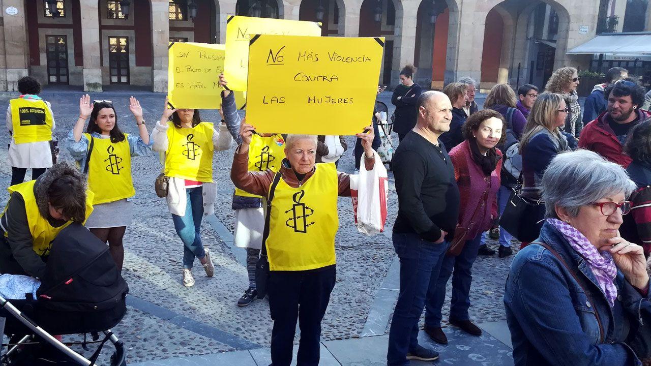 Manifestantes de Amnistía Internacional en la concentración de Gijón