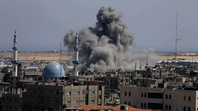 Israel aumenta los bombardeos sobre Gaza.Los nacionalistas con la bandera del partido y la de Palestina.