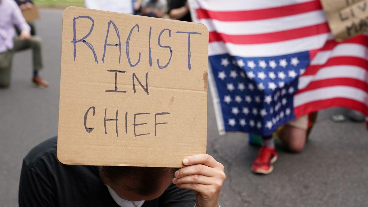 Un cartel alude a Trump como racista en jefe, en vez del oficial comandante en jefe