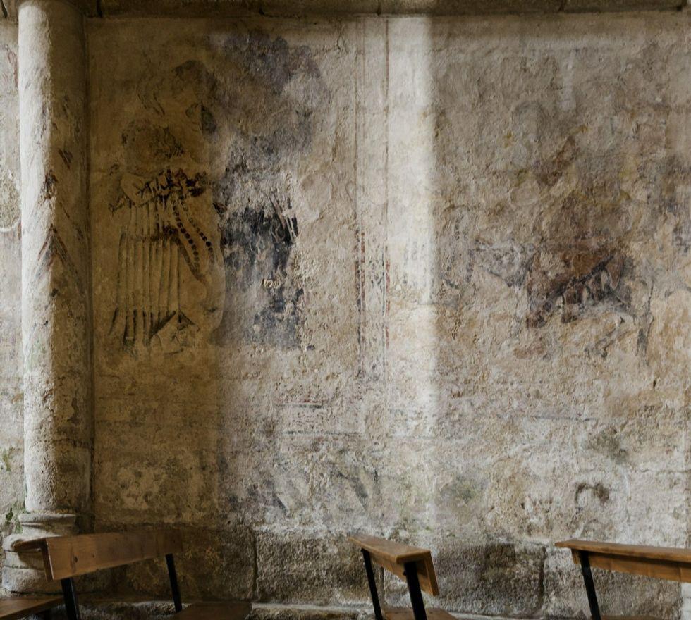 As pinturas de Moraime reflicten os sete pecados capitais e a morte como mensaxe litúrxica.