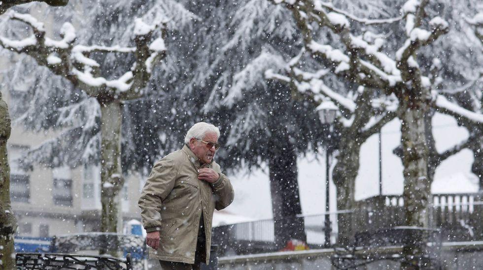 Temporal de nieve en Galicia.Campos, estirando en el área recreativa de A Magdalena tras un entrenamiento en Vilalba.