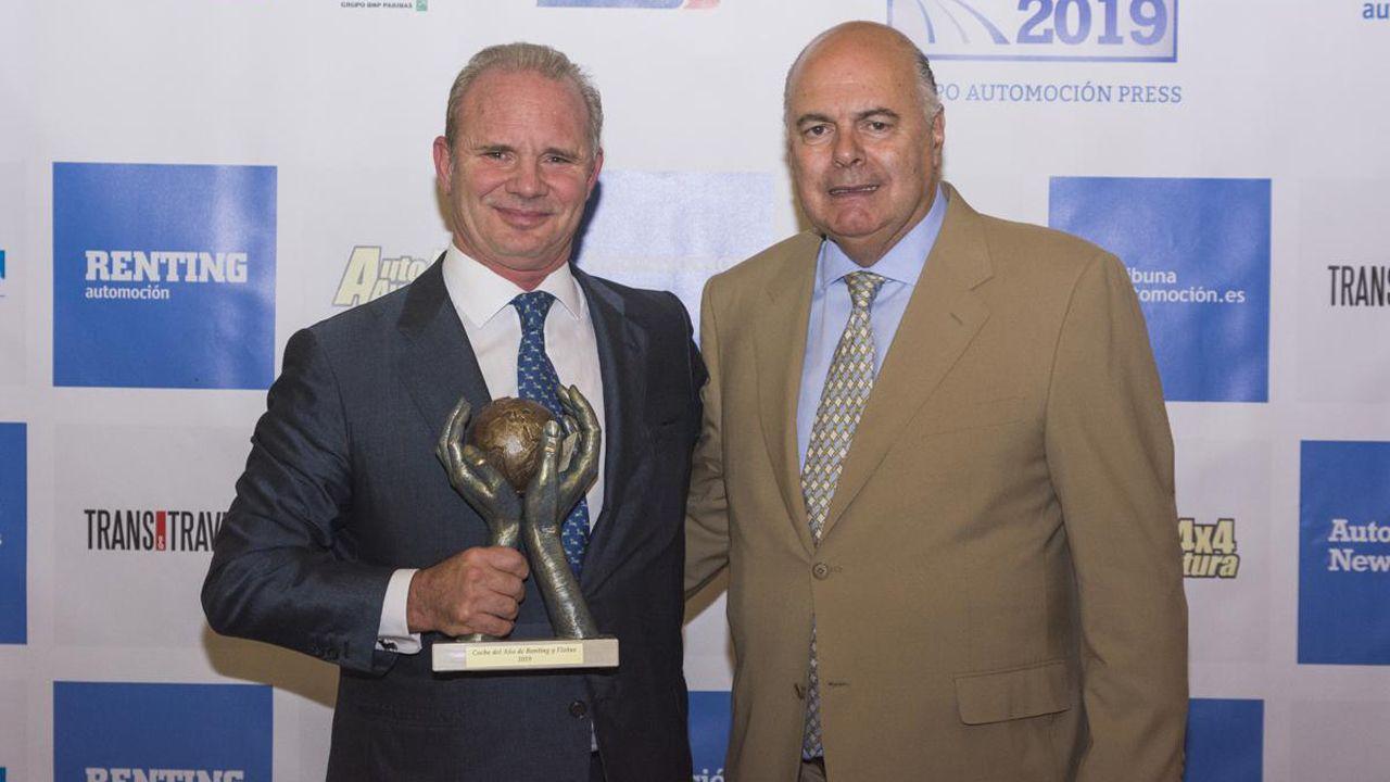 El Peugeot 2008, la nueva estrella de PSA Vigo.Leopoldo Satrústegui, director general de Hyundai España, tras recibir el premio, junto a Javier Menéndez, editor del grupo Automoción Press.