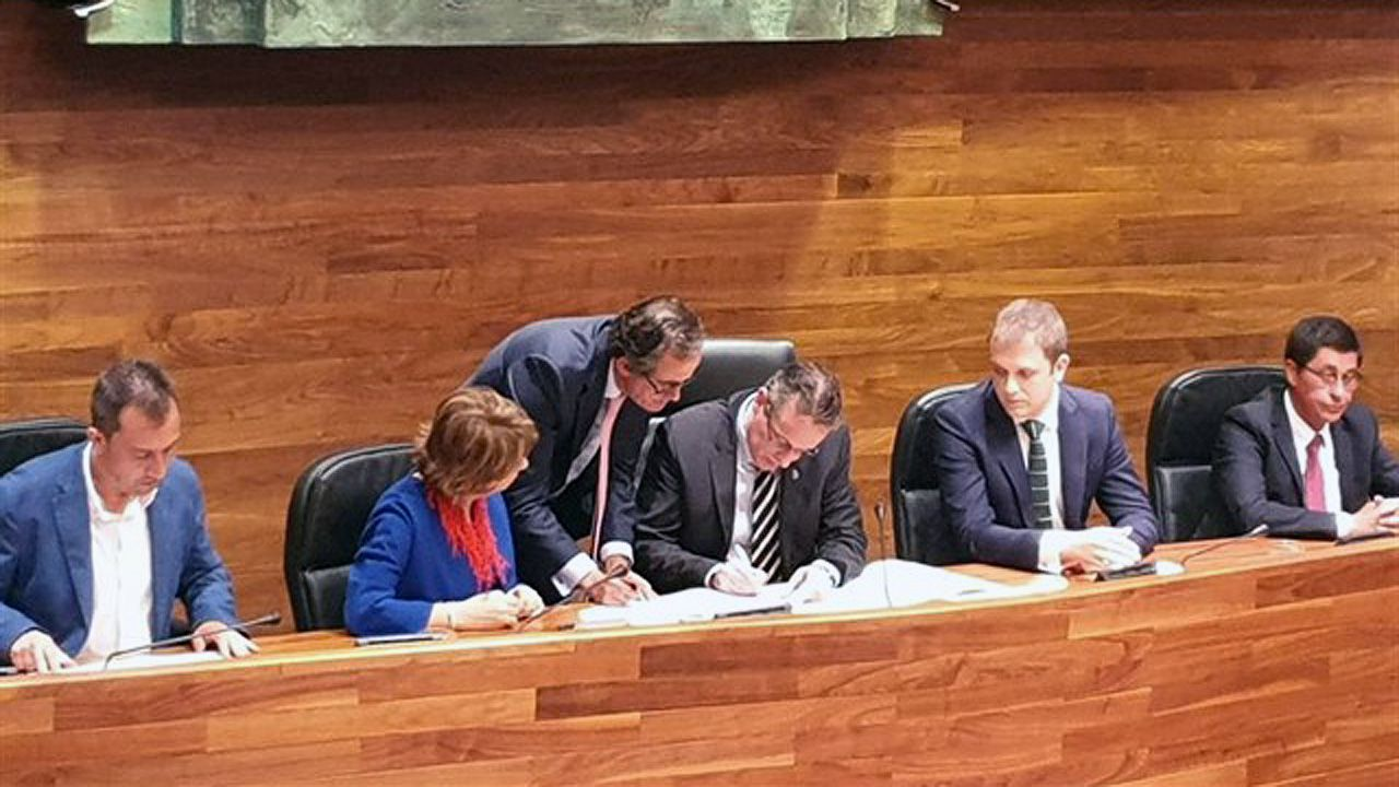 Marcelino Marcos Líndez firma su cargo como nuevo presidente de la Junta General del Principado