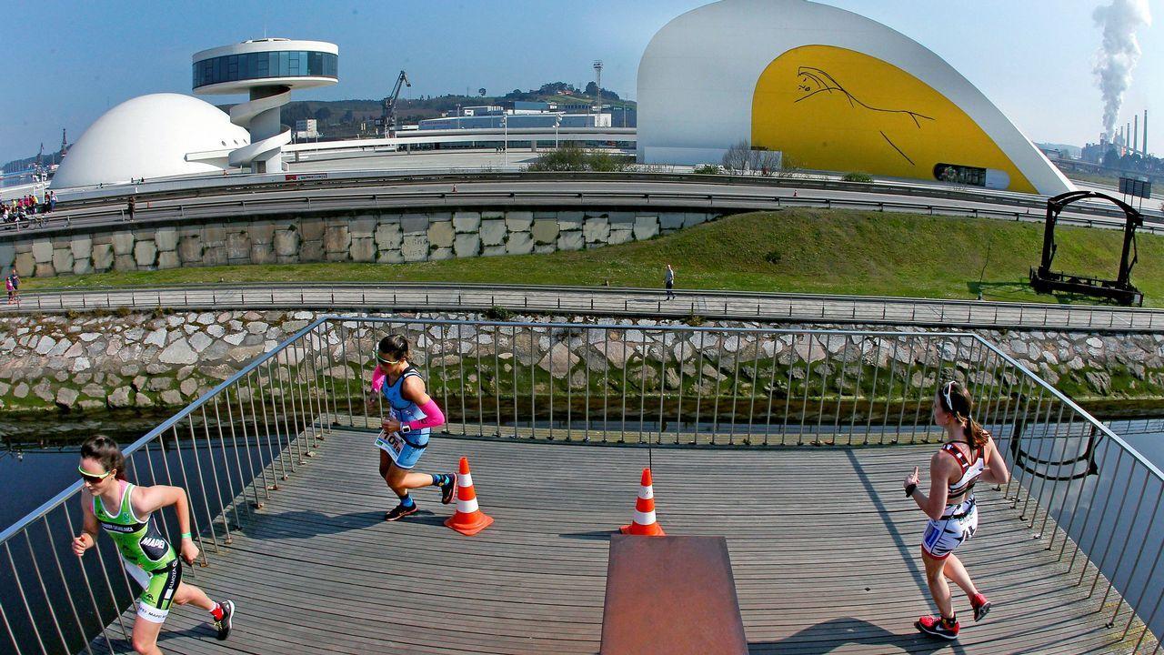 Atletas ante el Centro Niemeyer de Avilés