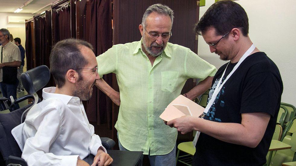 Un apoderado de Unidos Podemos prepara las papeletas con el voto del secretario de Organización de Podemos, Pablo Echenique, en presencia del cabeza de lista al Congreso por Zaragoza, Pedro Arrojo.