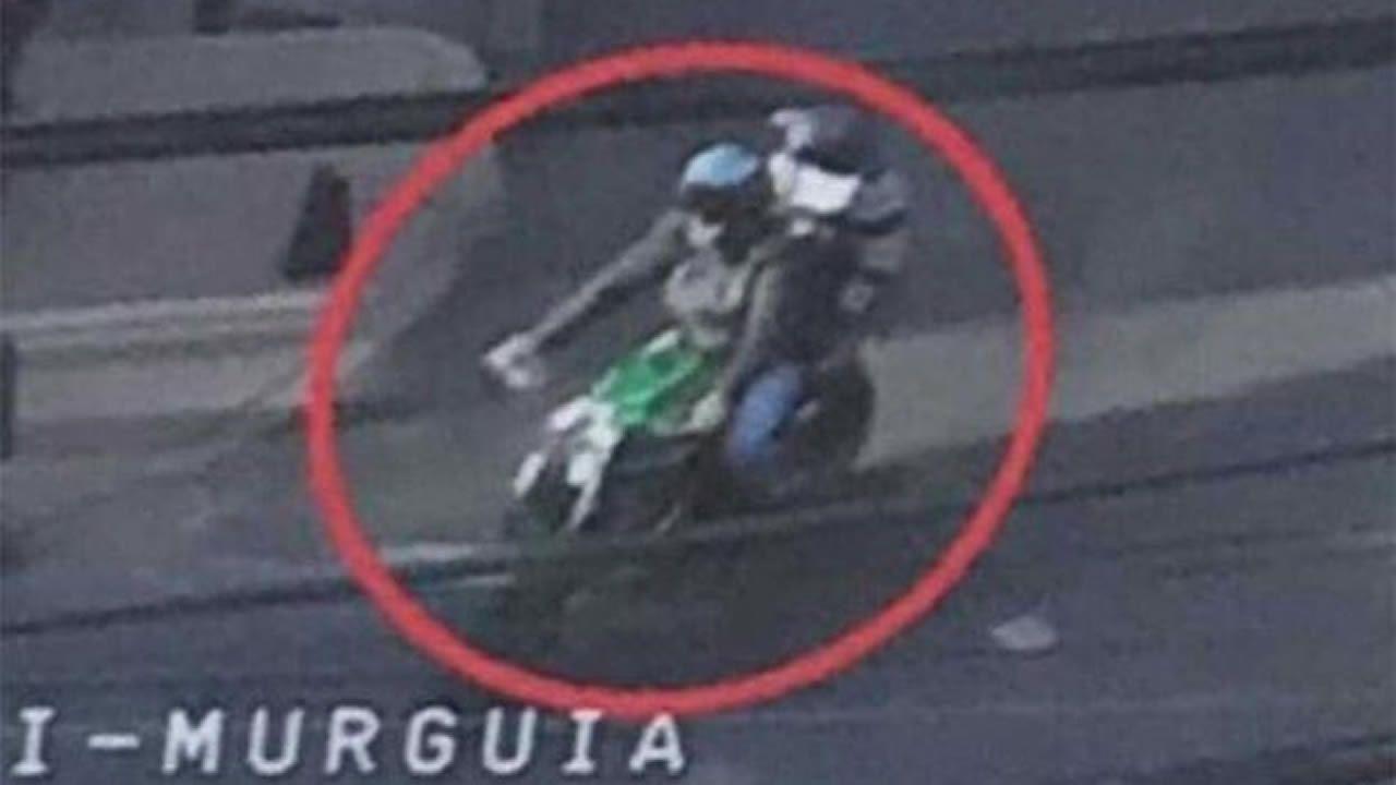 Una niña entrega un global a las jóvenes que sostienen la bandera de Cuba en el Desfile del Día de América en Asturias.Una niña entrega un globo a las jóvenes que sostienen la bandera de Cuba en el Desfile del Día de América en Asturias