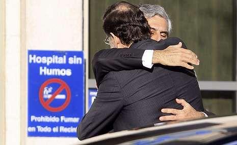 Condolencias a la familia de Adolfo Suárez.El presidente del Gobierno muestra sus condolencias al hijo de Adolfo Suárez a          las puertas de la clínica Cemtro, por donde pasaron numerosos dirigentes políticos.