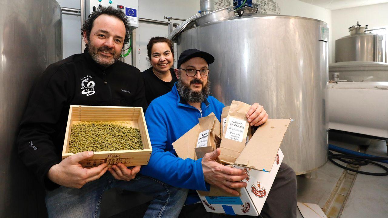 Marcos Martínez, Mariela Iriarte y Javier Fernández en la fábrica Augas Santas, de Barreiros, sacará al mercado una nueva cerveza artesana con cacao elaborado por Chocolates Moreno