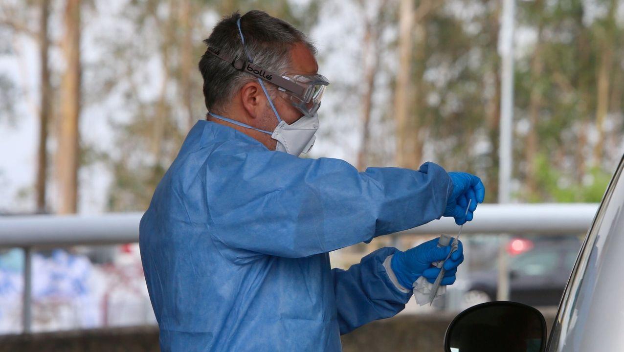 Un sanitario realiza una prueba de coronavirus en el hospital Meixoeiro de Vigo