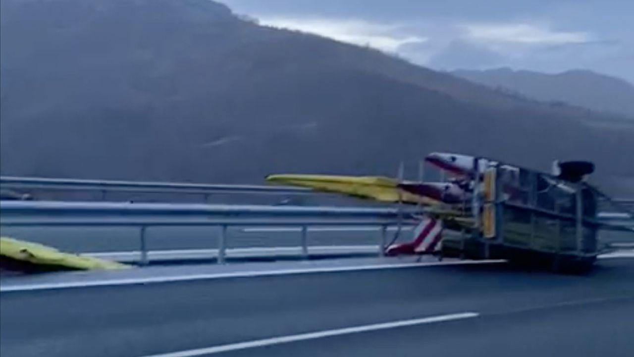 Los efectos de la borrasca Karim, un mes después.Los Bomberos del Servicio de Emergencias del Principado de Asturias (SEPA) controlando un incendio