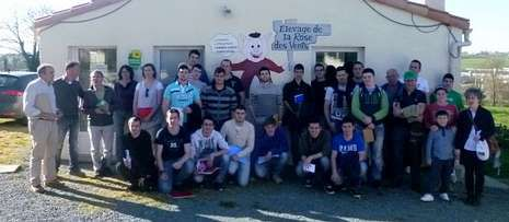El grupo visitó una pequeña explotación ecológica de cerdos, con fábrica propia.