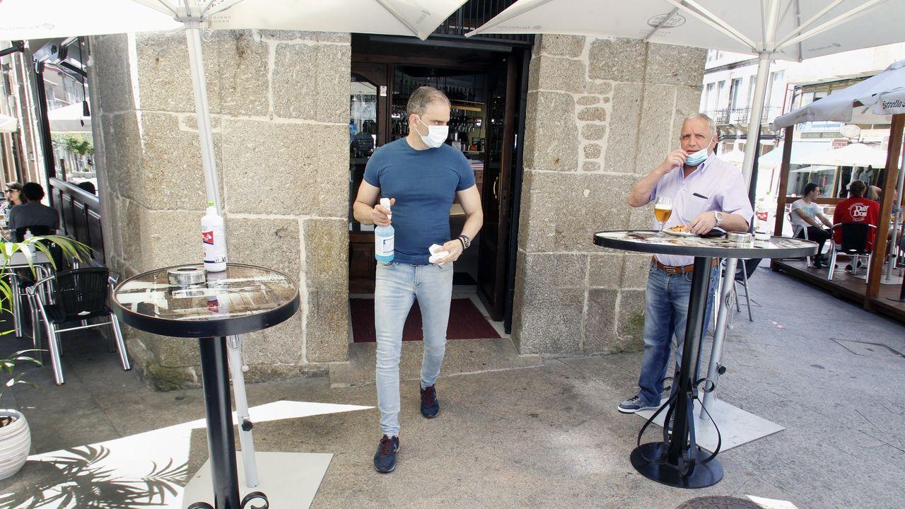Un cliente se baja la mascarilla en la terraza de una cafetería de Chantada