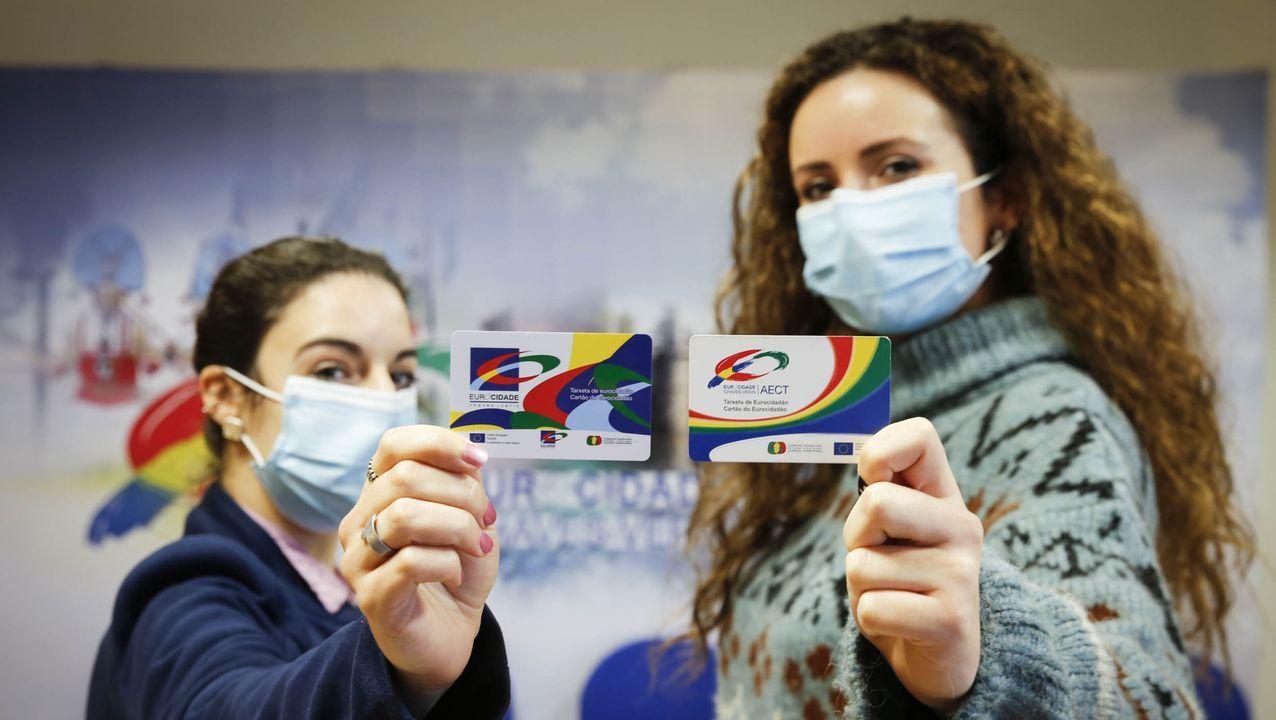 Dos trabajadoras de la Eurocidade muestran el carné de los vecinos de Verín y Chaves.