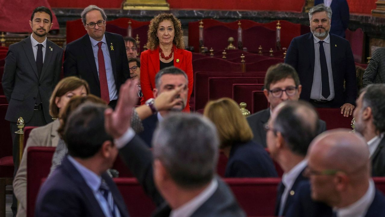 | EFE.Romeva, primero por la derecha, no saluda a Torra en la primera jornada del juicio por el desafío secesionista