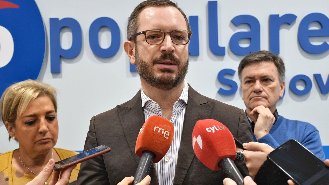 Pedro Sánchez recibe la felicitación del portavoz parlamentario del PNV, Aitor Esteban, tras ser investido presidente el 13 de enero, gracias al apoyo, entre otros, de los nacionalistas vascos
