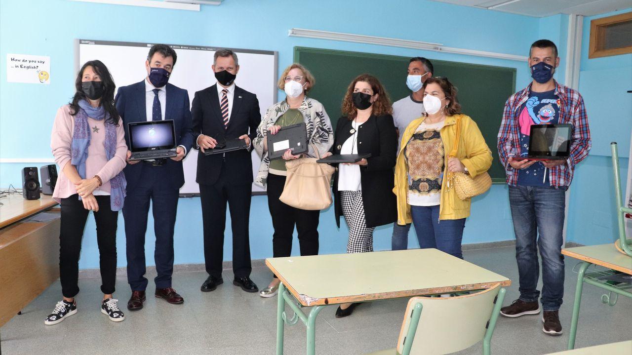 El conselleiro de Educación, Román Rodríguez, y el Delegado del Gobierno, José Miñones, visitaron el centro