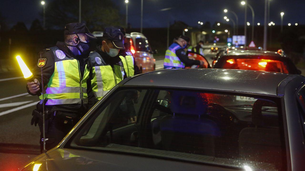 Retirada del coche de Manuel Rodríguez Eiroa en el puerto de Laxe