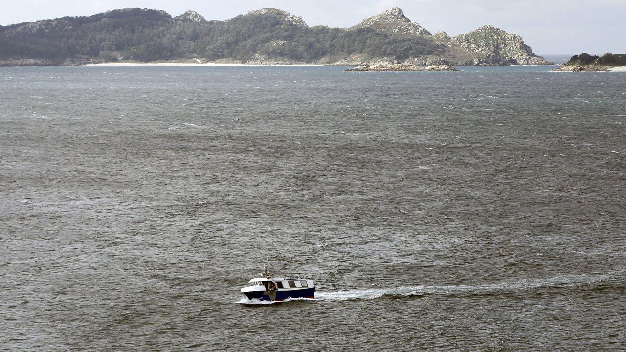 Un pesquero artesanal navegando por la Costa da Vela, en la zona pontevedresa de Cangas, en una imagen de archivo