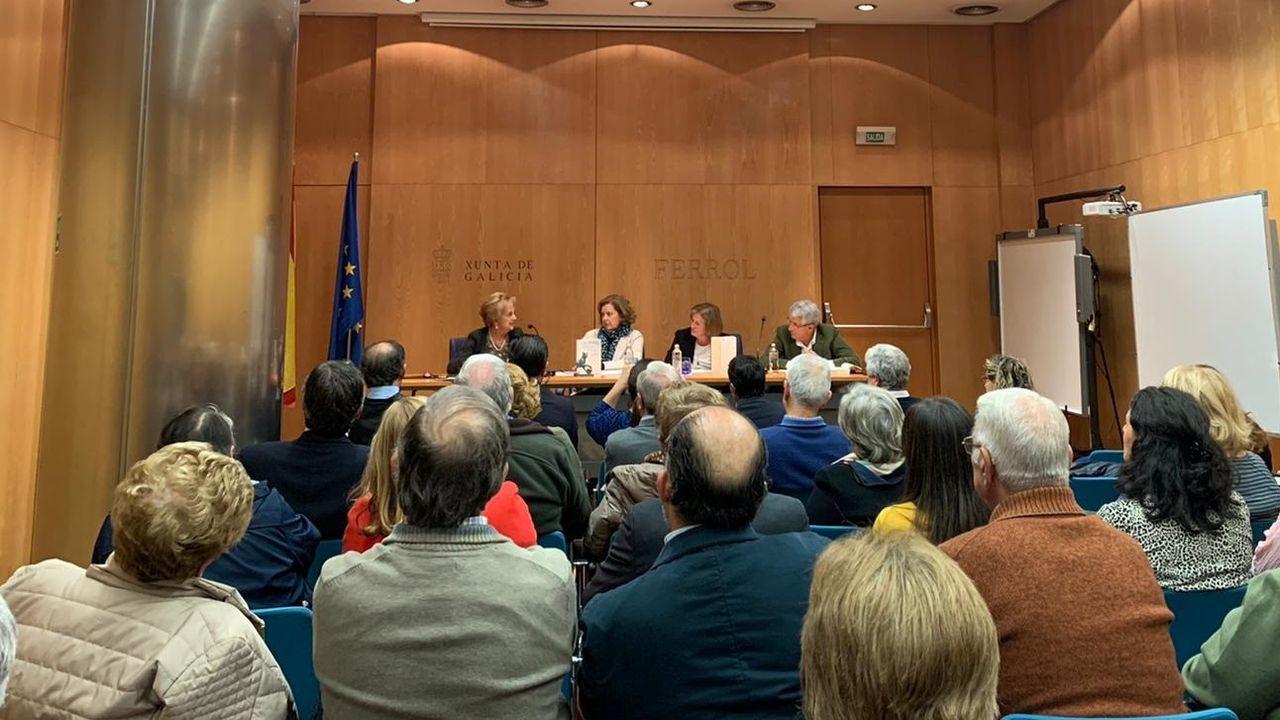 Los galardonados posaron al final del acto ante las instalaciones de la Academia Galega de Seguridade
