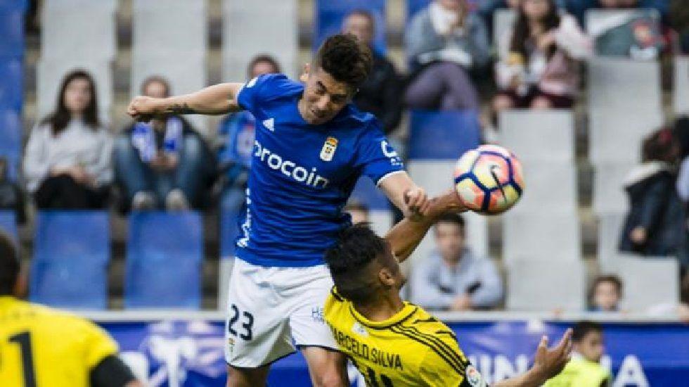 Carlitos disputa un balón en el Oviedo-Zaragoza del sábado